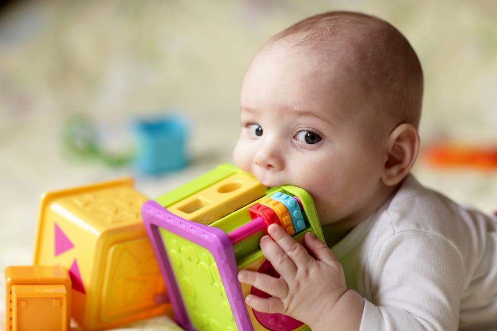 Baby dreng med sanselegetøj